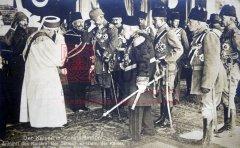Constantinople, 1916: réception de l'empereur d'Allemagne GuillaumeII. De gauche à droite: Enver, le cheikh ul-Islam, Abbas Hilmi Pacha, Talât et le sultan MehmedV (coll.Michel Paboudjian).