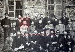 Erzerum, août1914: membres de la direction du parti tachnag photographiés à l'occasion de son huitième congrès, au cours duquel des délégués du Comité Union et Progrès invitèrent en vain la fédération révolutionnaire arménienne à organiser une insurrection des Arméniens du Caucase (coll.Bibliothèque Nubar).