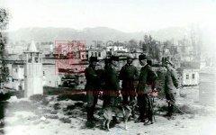 Officiers turcs et allemands sur le front de Palestine. Quelque 18000militaires allemands, en majorité des officiers, appuyaient et conseillaient les forces ottomanes sur le front d'Orient (coll. Pères mekhitaristes de Venise).