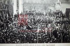 Constantinople, 1908, rue de Péra, foule arménienne devant l'entrée de Galatasaray (coll.Michel Paboudjian).