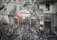 Constantinople, 1908: rue de l'église arménienne décorée pour l'ouverture du parlement ottoman (photographie parue dans Le Monde illustré du 26décembre 1908).