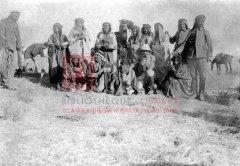 Déportés arméniens découverts parmi les tribus bédouines du désert syrien, automne 1918 (coll.Bibliothèque Nubar).