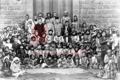 Rescapés arméniens regroupés à Deraa pour recevoir une aide alimentaire, 25novembre 1918 (coll.Bibliothèque Nubar).