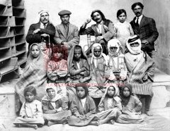 Membres du groupe de recherche formé par Levon Yotneghperian, en compagnie d'enfants retrouvés dans le désert. Au troisième rang, de gauche à droite : Y. Kerechekian, G. Kavadjian, L. Yotneghperian, H. Kavadjian. Damas, 1er juillet 1919 (coll. Bibliothèqu