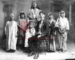 Tavit Atamian, délégué de l'UGAB en Cilicie, avec six enfants retrouvés dans le désert syrien, en partance pour l'orphelinat arménien de Dörtyol en 1919 (coll.Bibliothèque Nubar).