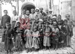 Orphelins arméniens recueillis à Salt et emmenés à Jérusalem, début 1918 (coll.Bibliothèque Nubar).