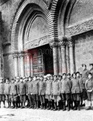Jérusalem, enfants recueillis à l'orphelinat Araradian de l'UGAB, établi dans l'enceinte du Patriarcat arménien (coll.Bibliothèque Nubar).